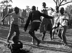 村で耳の聞こえる子と聞こえない子が混ざって踊る